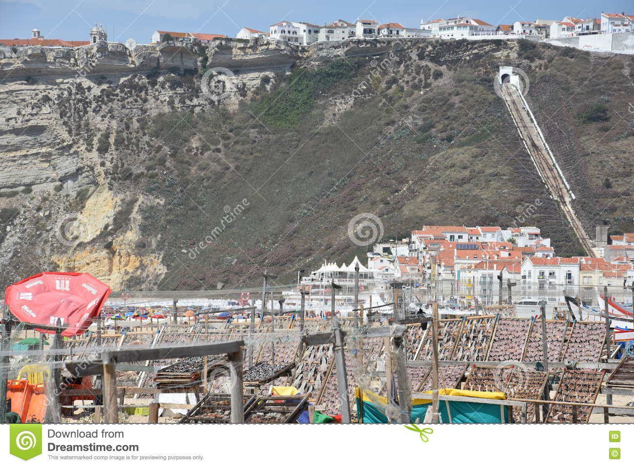 plage au village de p che de nazare au portugal photo stock ditorial image 76717753. Black Bedroom Furniture Sets. Home Design Ideas