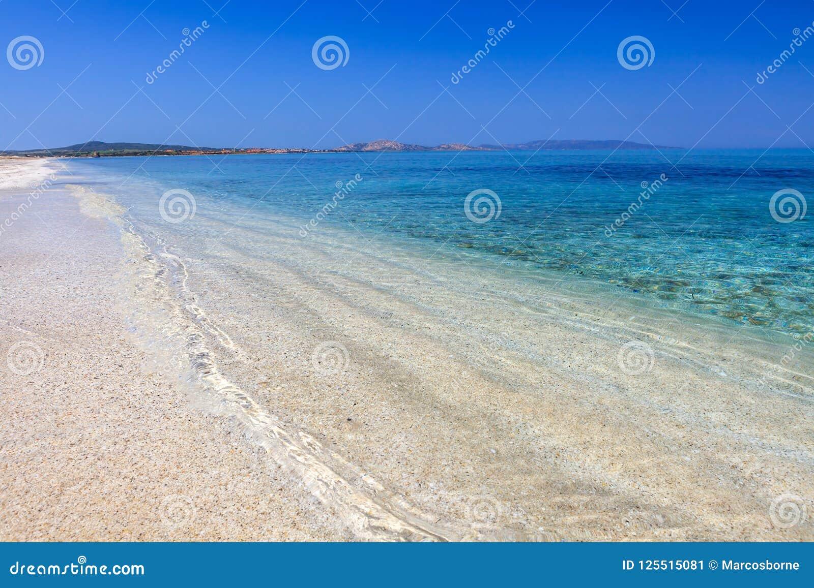 Plage claire de l eau de Le Saline, Sardegna