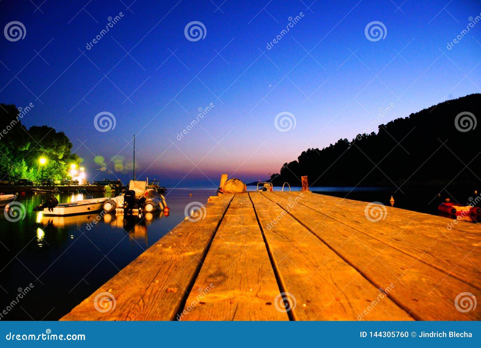 Plage d Agnontas et baie la nuit, Grèce