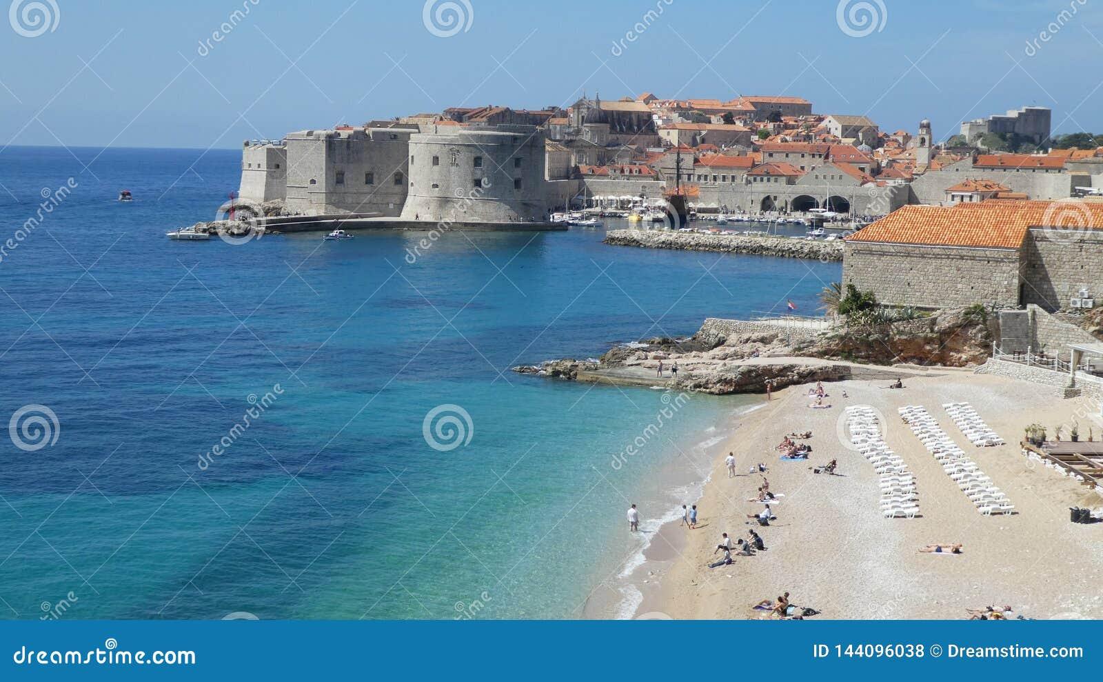 Plage d hôtel de la Croatie Dubrovnik dans la ville