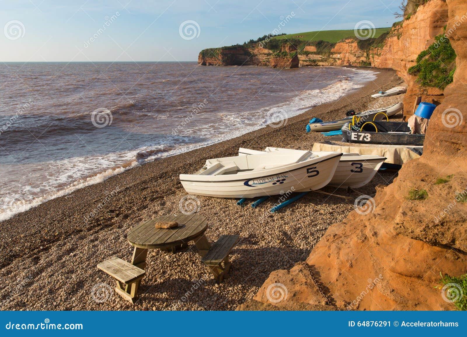 Plage de baie de Ladram Devon England R-U avec la côte jurassique de roche de grès rouge de bateaux