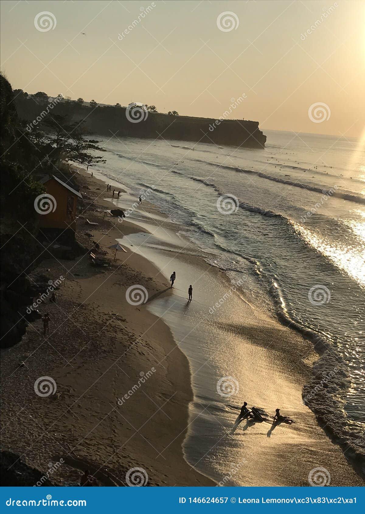 Plage de Bali pour des surfers