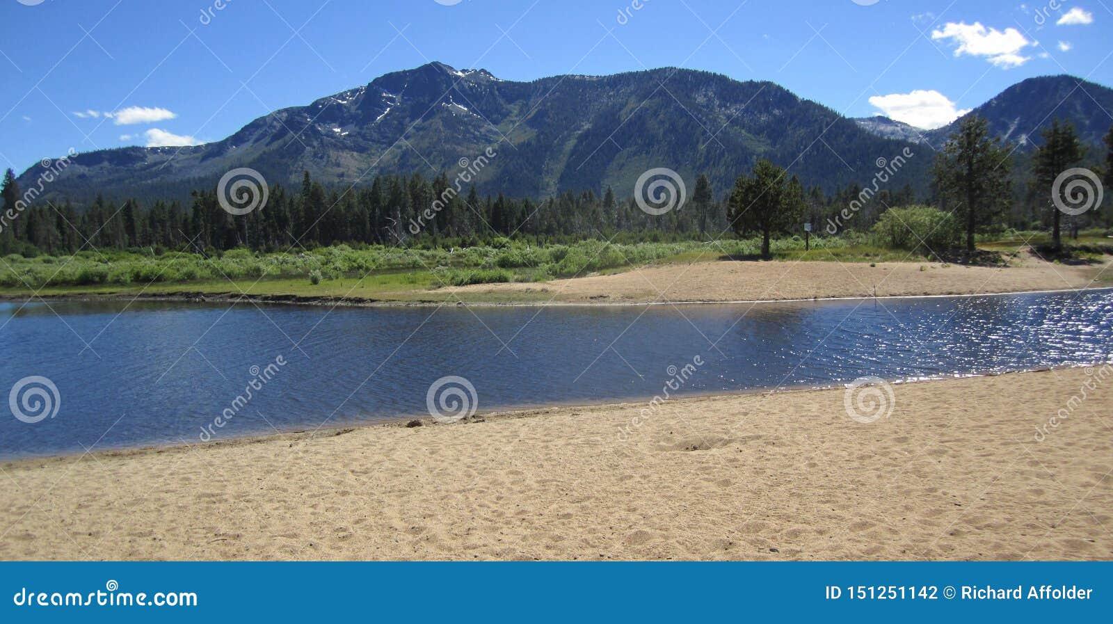 Plage de rivière dans le lac Tahoe du sud avec des montagnes à l arrière-plan