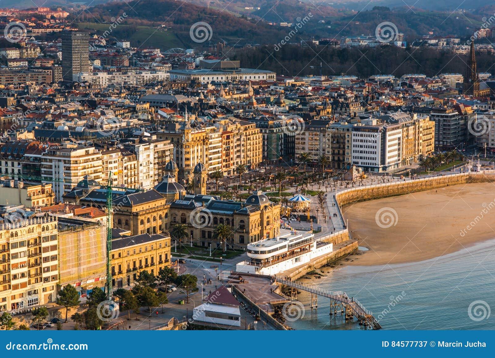 Plage De San Sebastian, Ville Dmountains à L\'arrière-plan Image ...