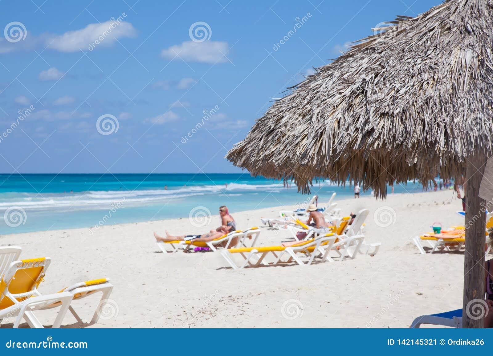 Plage de Varadero de station de vacances au Cuba Océan et personnes bleus