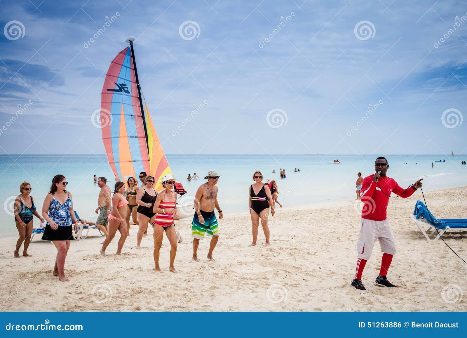 Plage du Cuba avec beaucoup de touristes canadiens