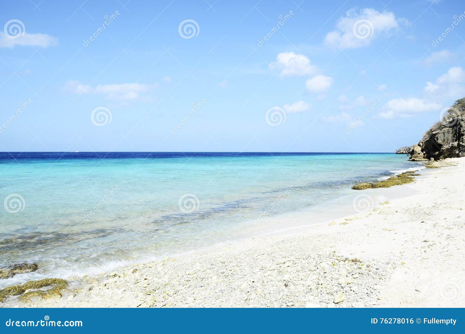 Plage en île du Curaçao, mer des Caraïbes