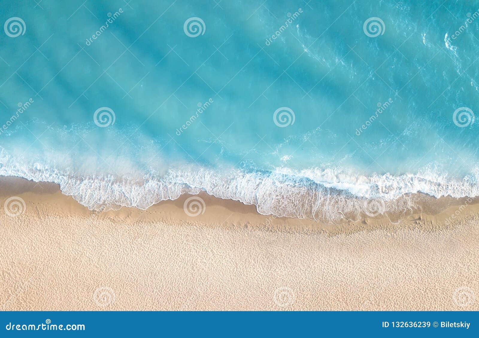 Plage et vagues de vue supérieure Paysage marin d été d air Vue supérieure de bourdon