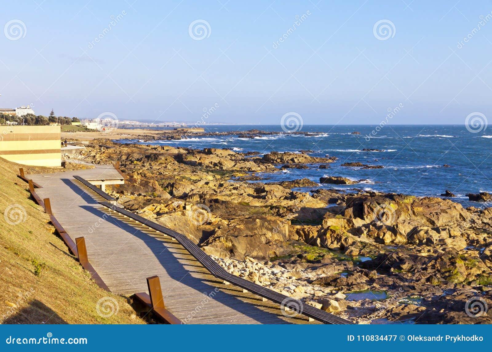 Plage rocheuse de l Océan Atlantique dans Matosinhos, Porto, Portugal