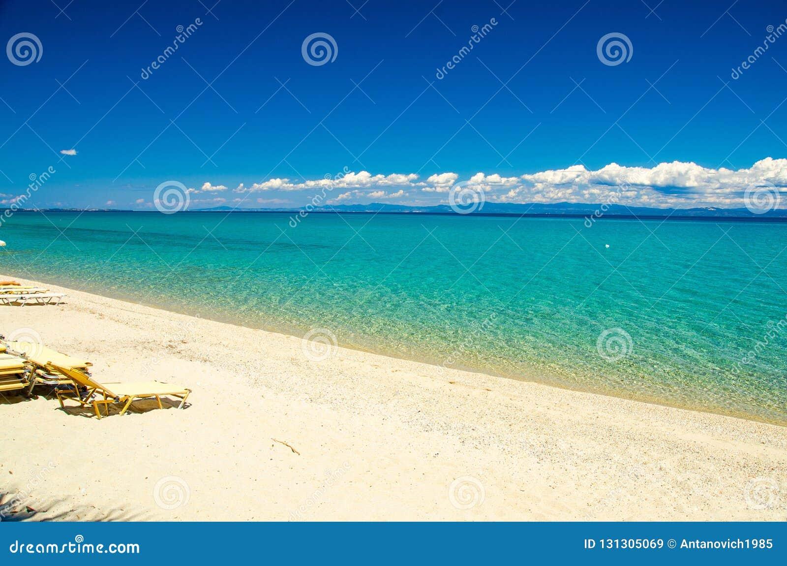 Plage sablonneuse avec de l eau bleu paradis, Halkidiki, Kassandra, Gree