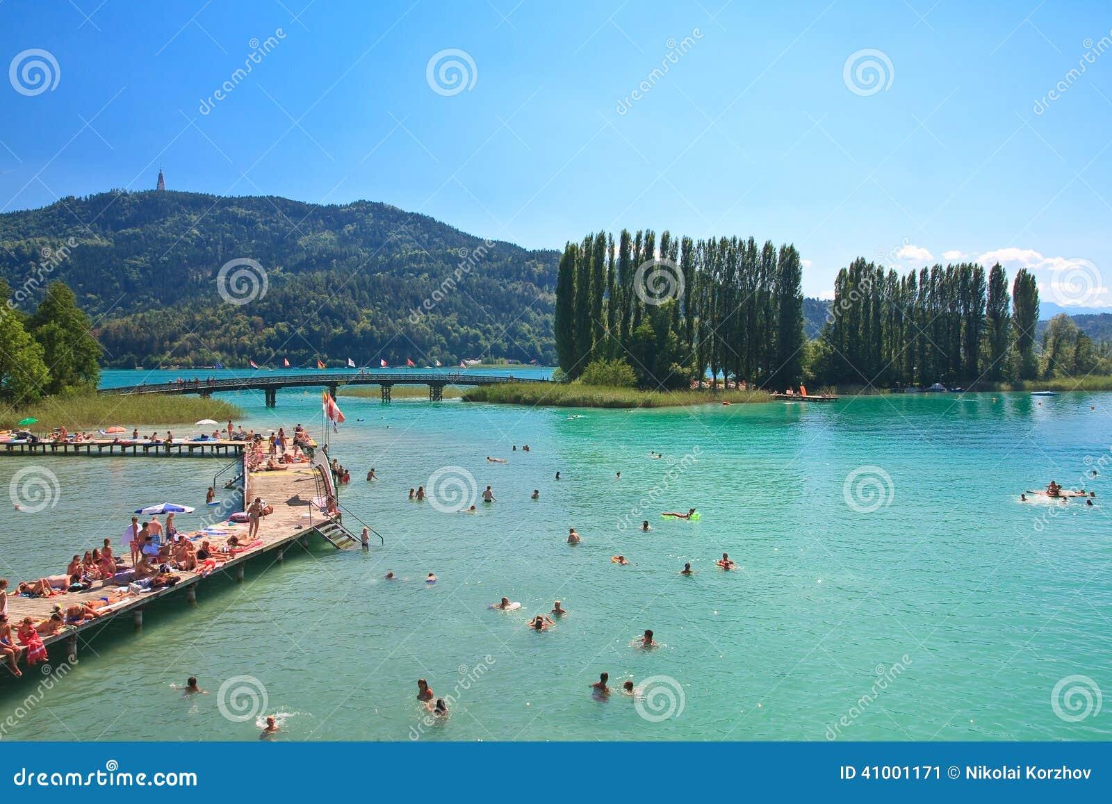 vacances autriche Plage sur la valeur de lac Station de vacances Portschach lu0027autriche image  stock