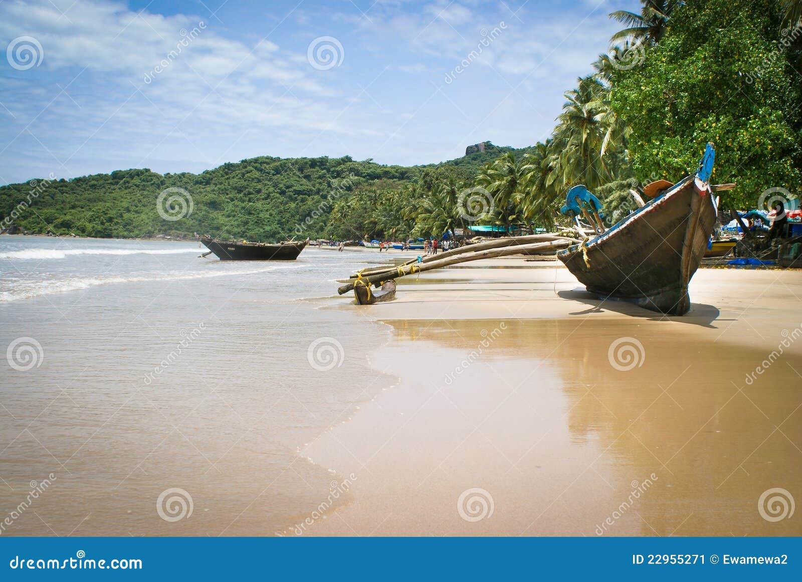 Plage tropicale de Goa de bateaux
