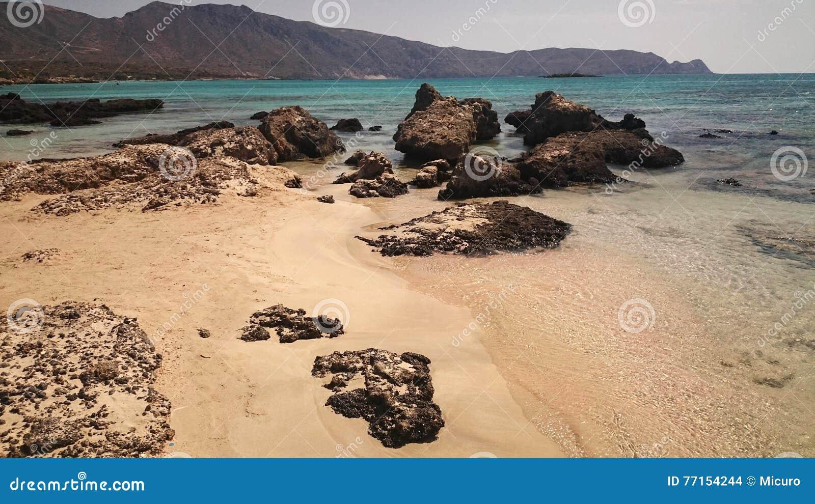 Plage vide sur la mer de turquoise un jour ensoleillé, Crète, Grèce