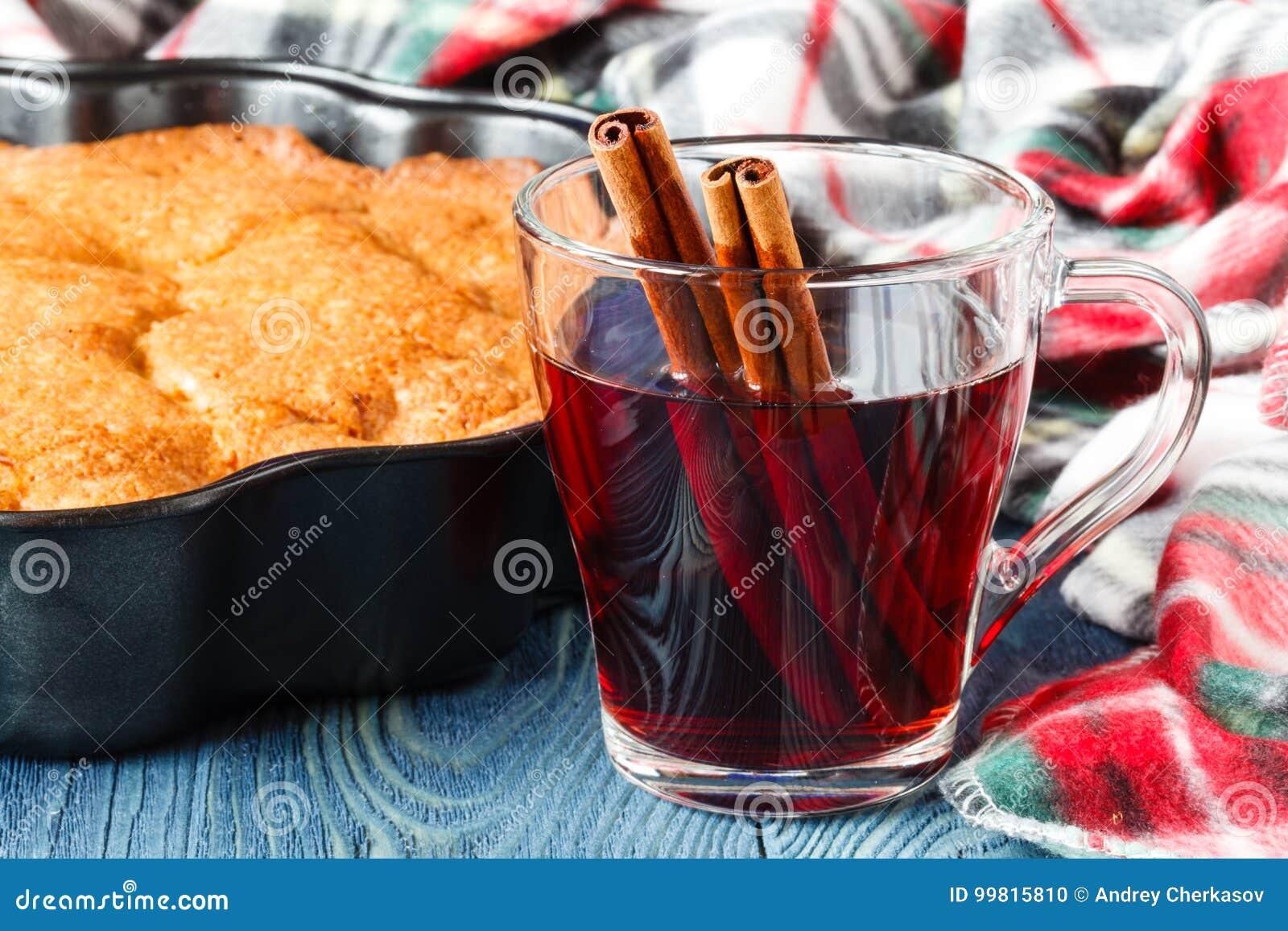 Plaid accogliente nel giorno dell autunno con il vin brulé caldo della bevanda alcolica