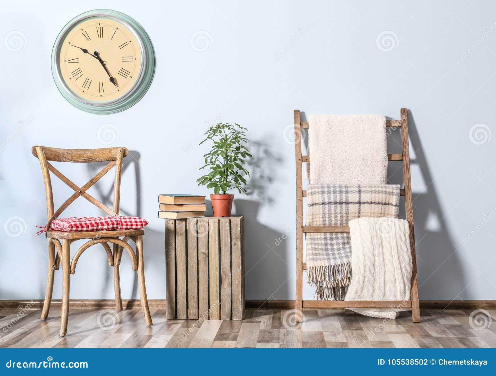 Scala Di Legno Decorativa plaid caldi sulla scala di legno decorativa fotografia stock