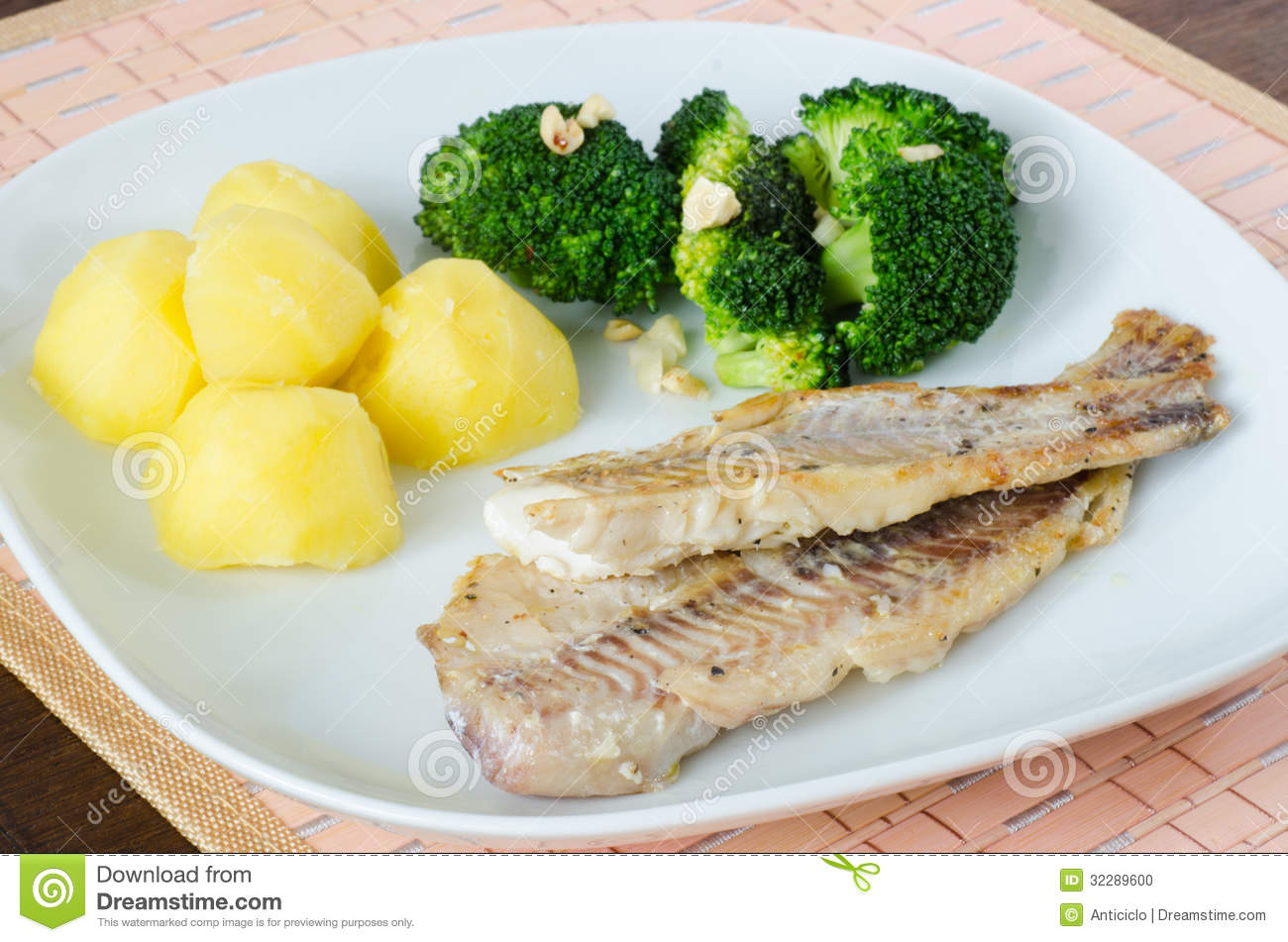 Plain slices of grilled fish with potatoes and broccoli for Fish and broccoli diet