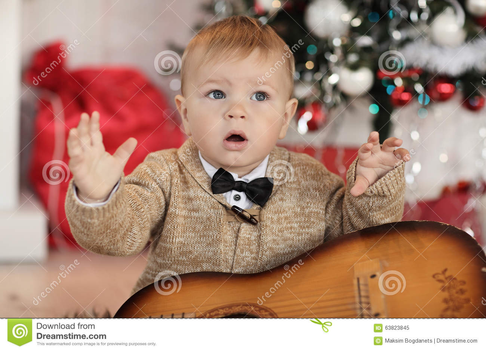 小男孩�yg����XG�����_plaing与玩具的小男孩在火地方演播室附近.