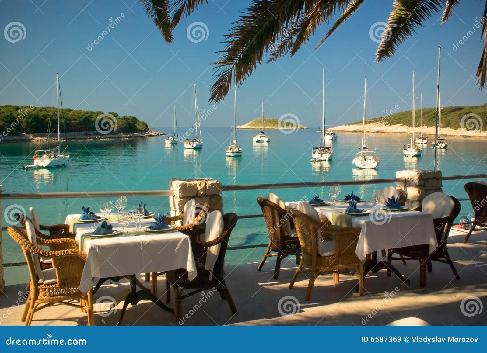 Plaisance de tables servie par restaurant de club de plage
