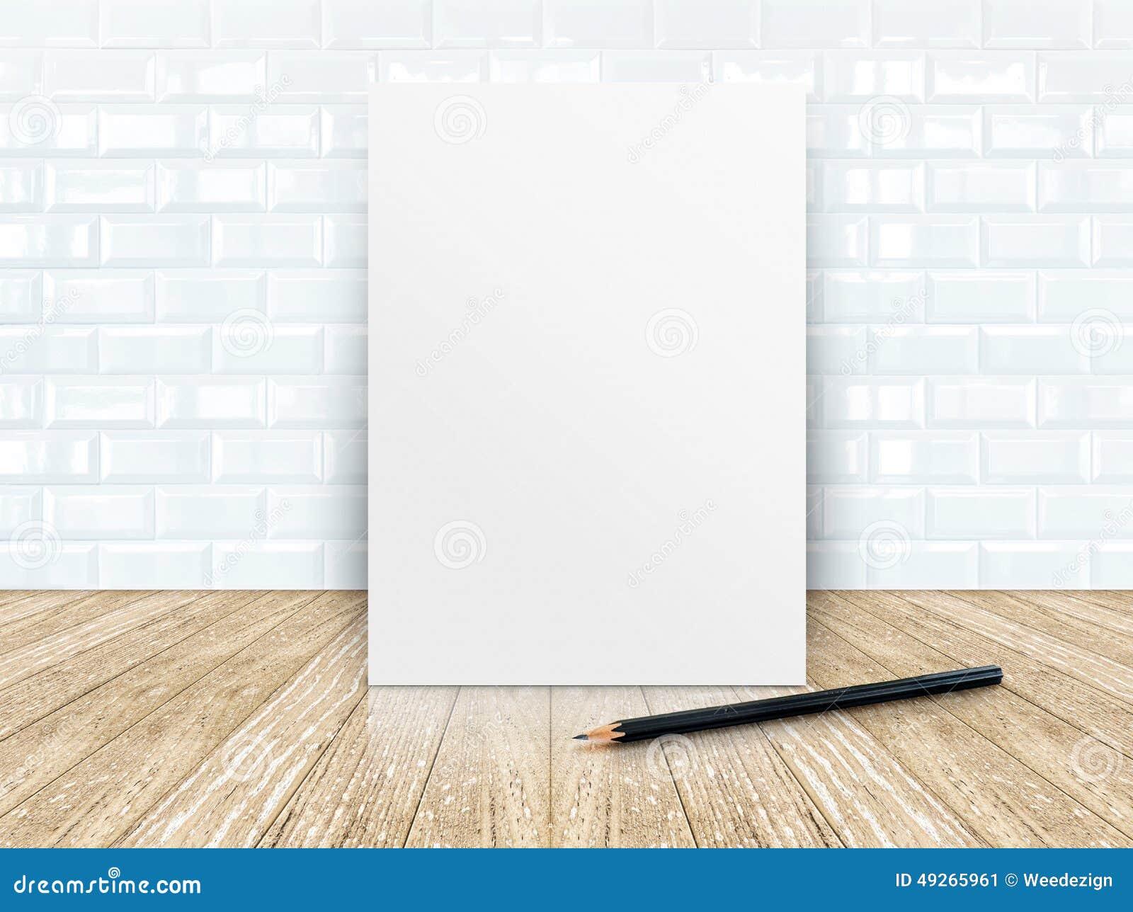 Plakat rama przy płytki ceramiczną ścianą i drewnianą podłoga