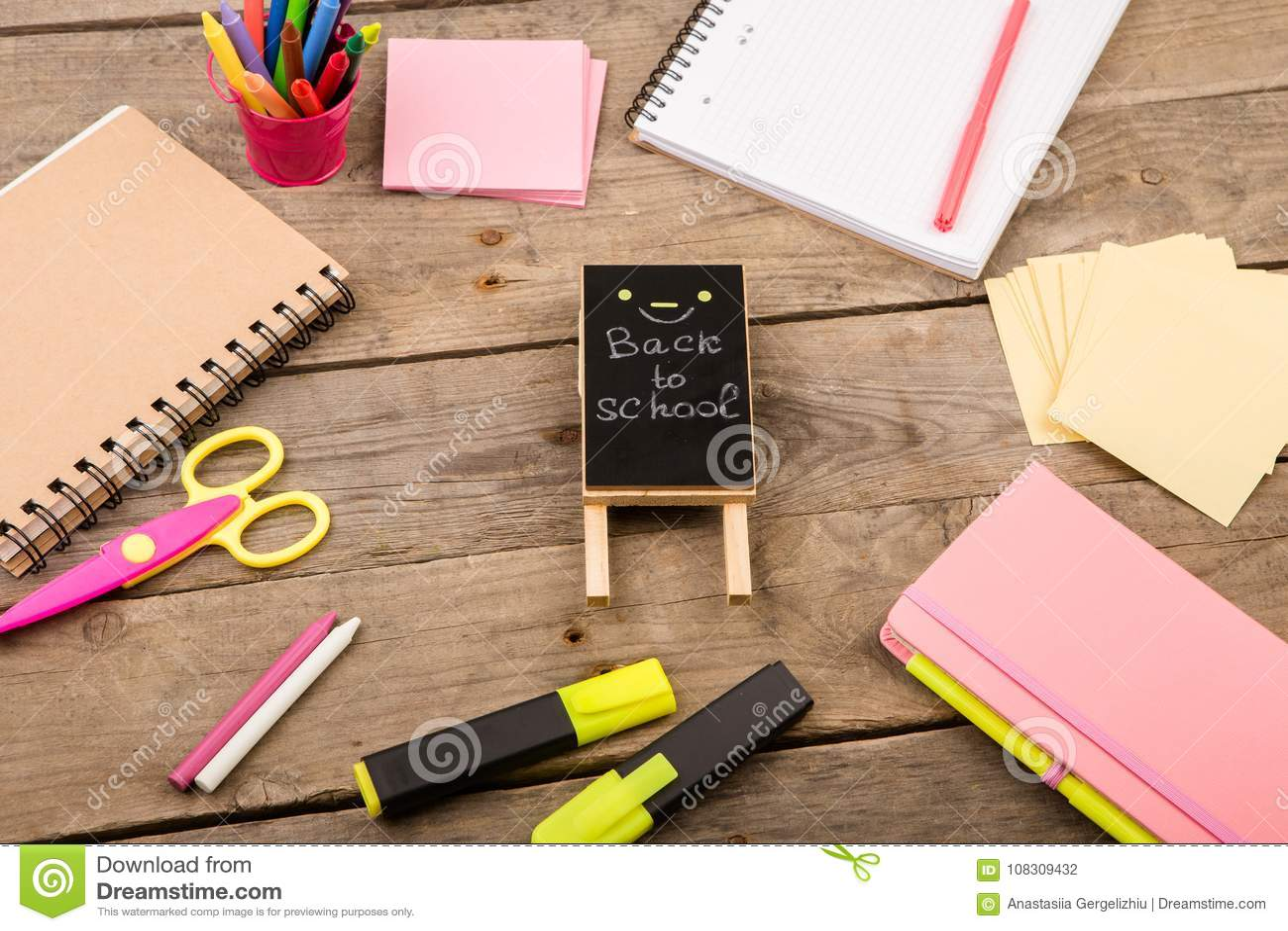 Plakieta z x22 & inskrypcją; Popiera school& x22; pobliscy notepads, nożyce i inny materiały na brown drewnianym stole,