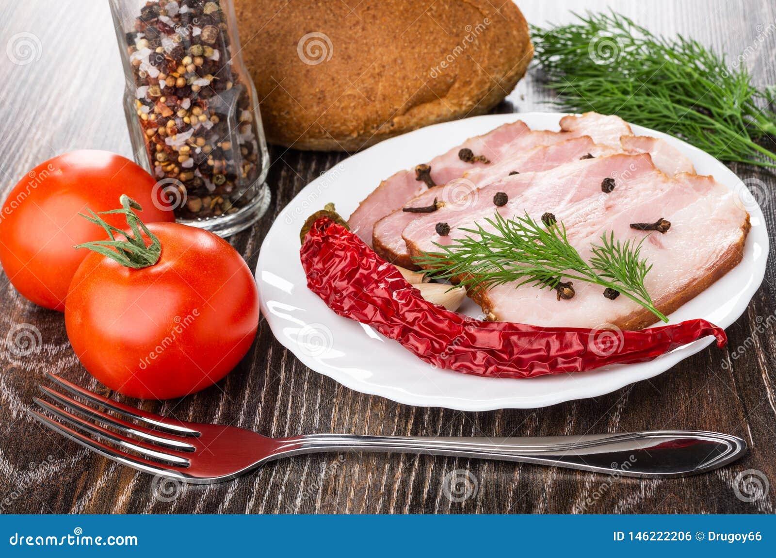 Plakken van borststuk, kruidnagel en zwarte peper, dille in plaat, tomaten, knoflook, brood, rode tomaten, fles van specerij, vor