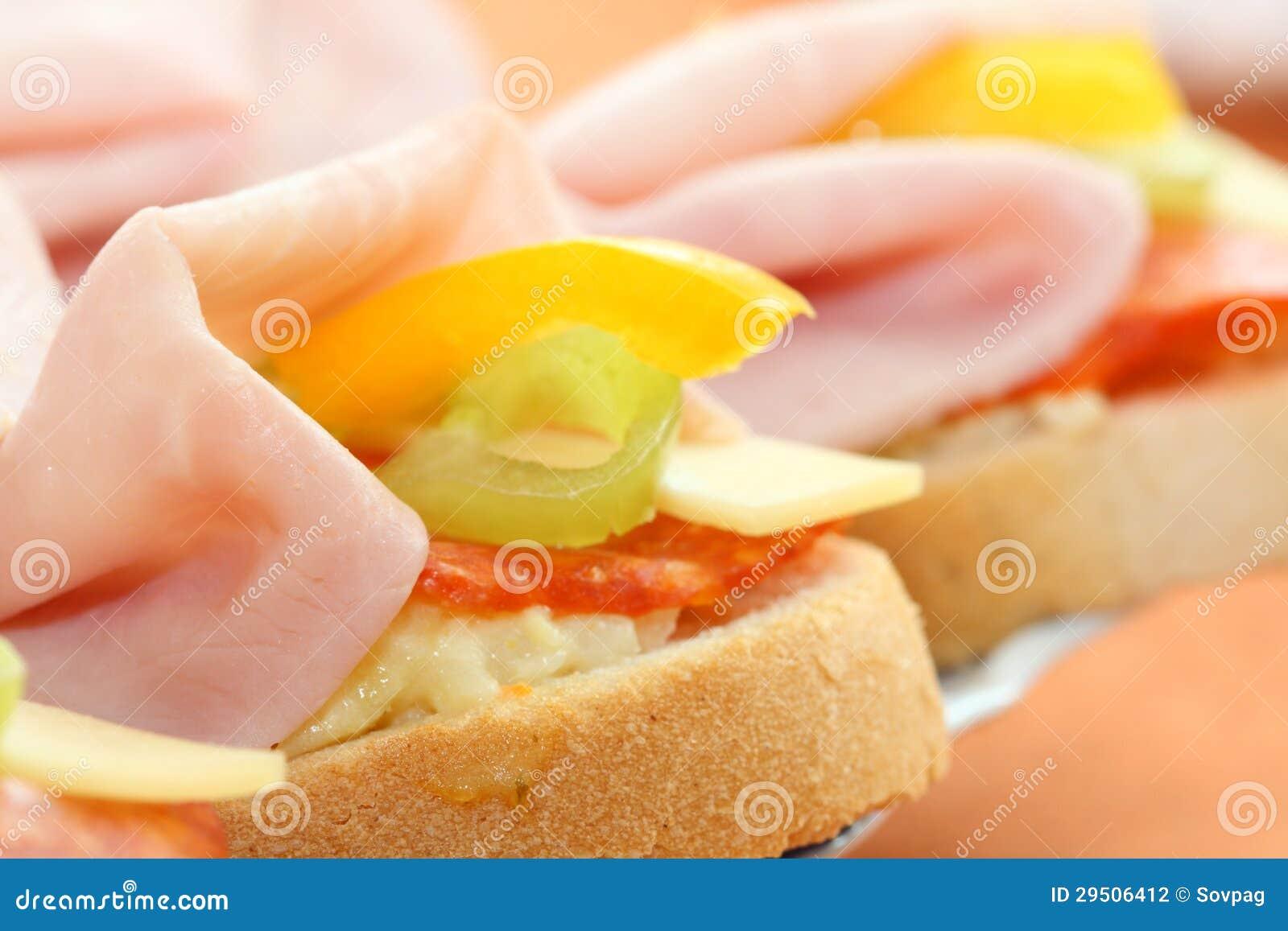 Plakken van Stokbrood met salade