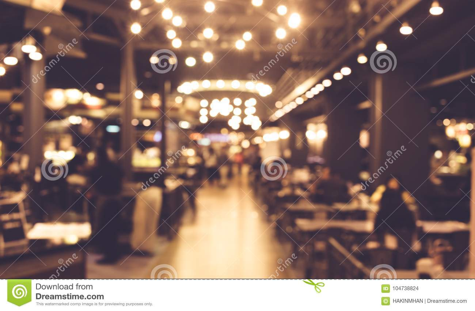 Plama ludzie w nocy kawiarni z oświetleniem