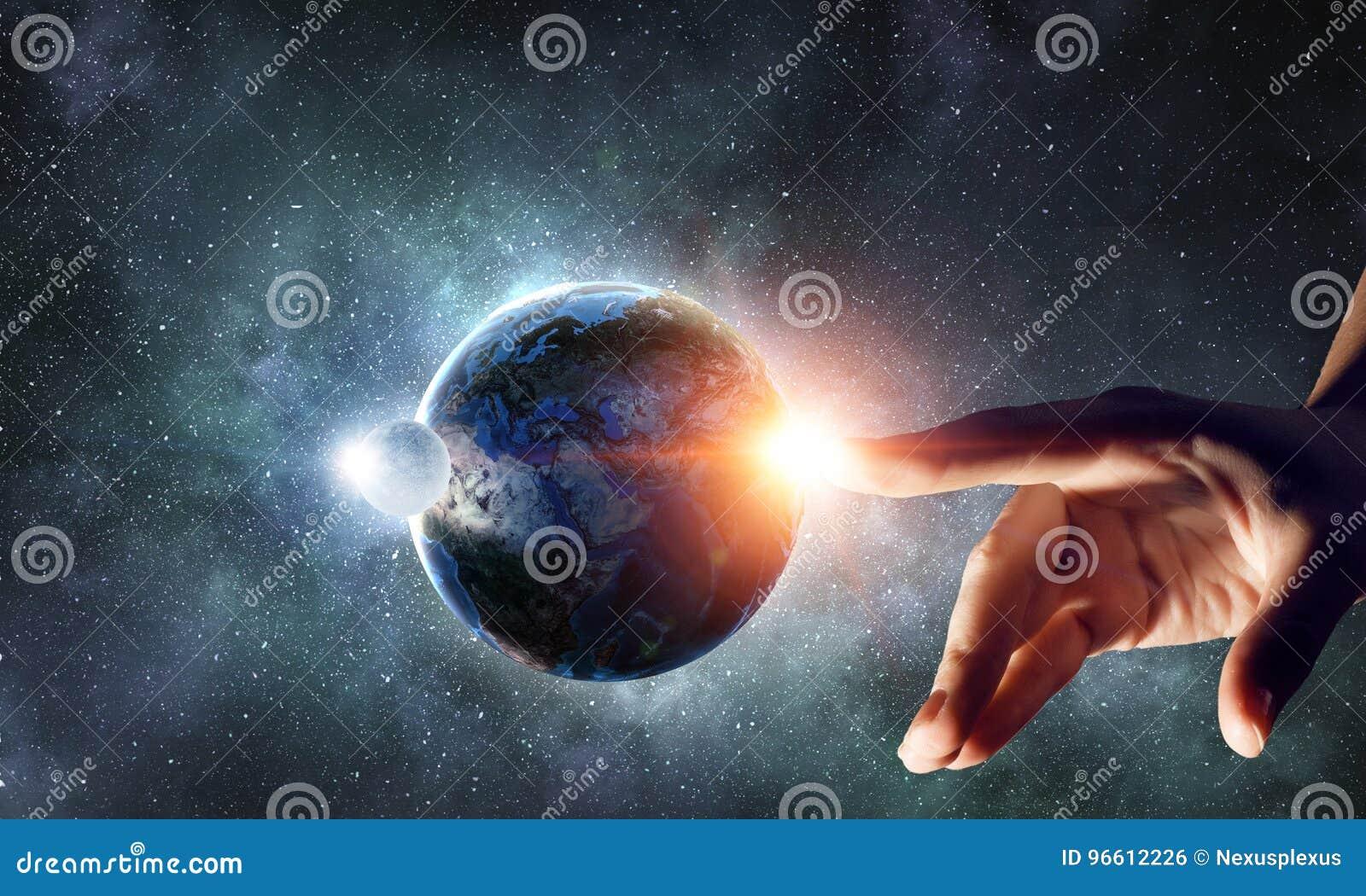 Planète émouvante avec le doigt