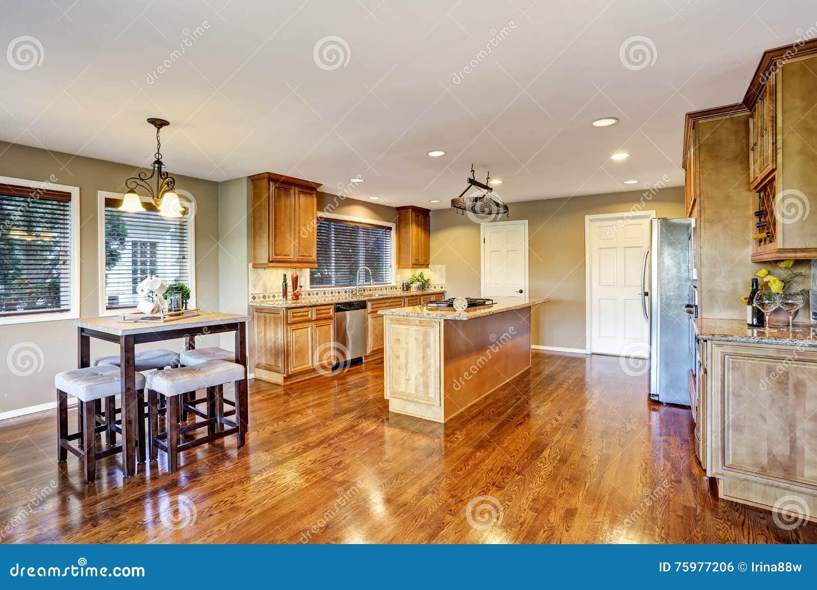 Plan de suelo abierto interior del sitio de la cocina con - Cocinas con encimera de granito ...