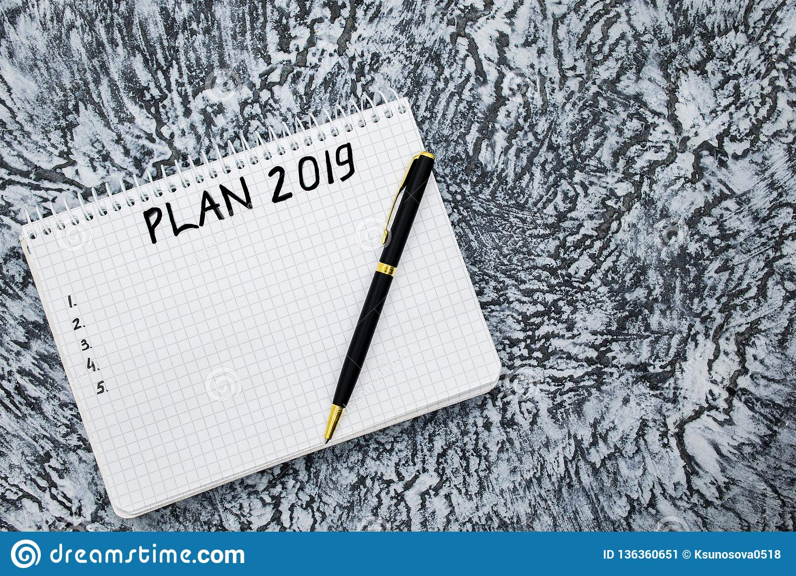 Plan dla 2019, notepad i pióro na textured szarym tle,