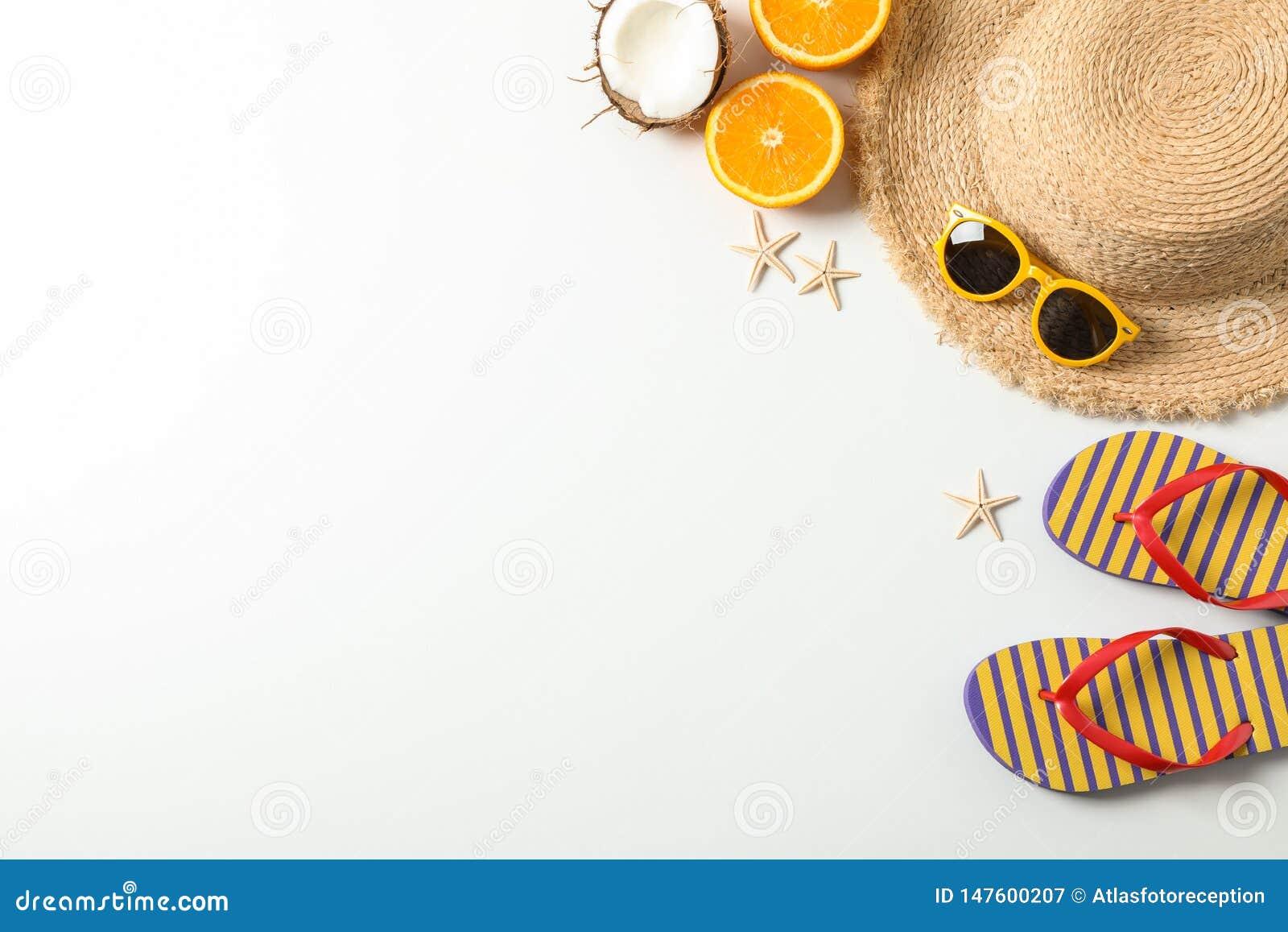 Plan lekmanna- sammansättning med tillbehör för sommarsemester på vit bakgrund, bästa sikt och utrymme för text