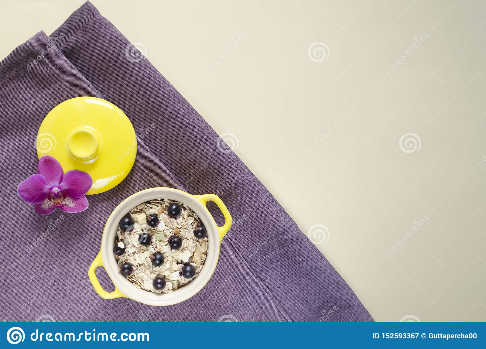Plan lekmanna- sund frukosthavremjöl i en kruka, mysli med nya blåbär och vinbär