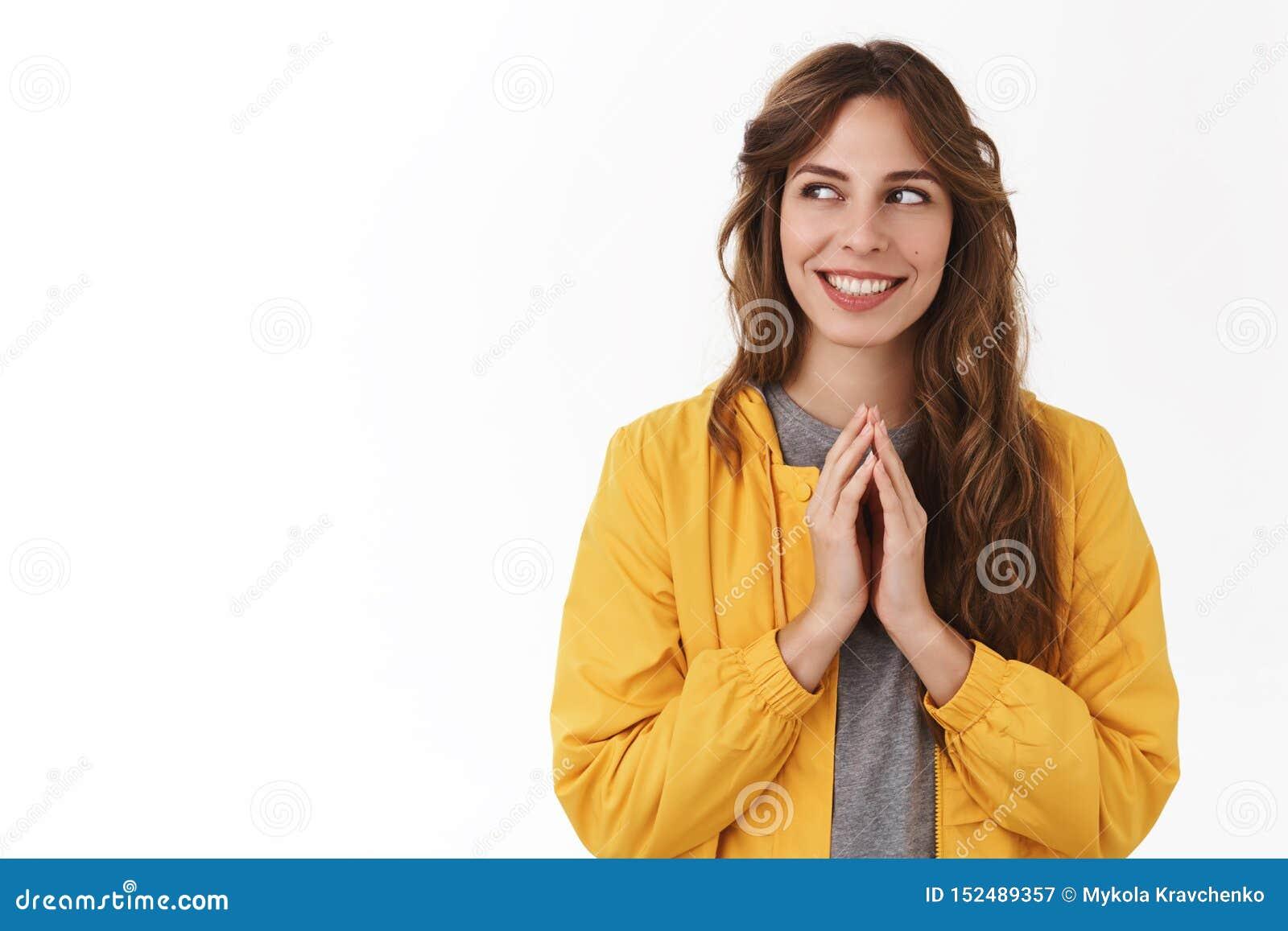 Plan mauvais intrigant La jeune fille mystérieuse créative futée tripote des doigts pensant le regard de sourire d excellente idé