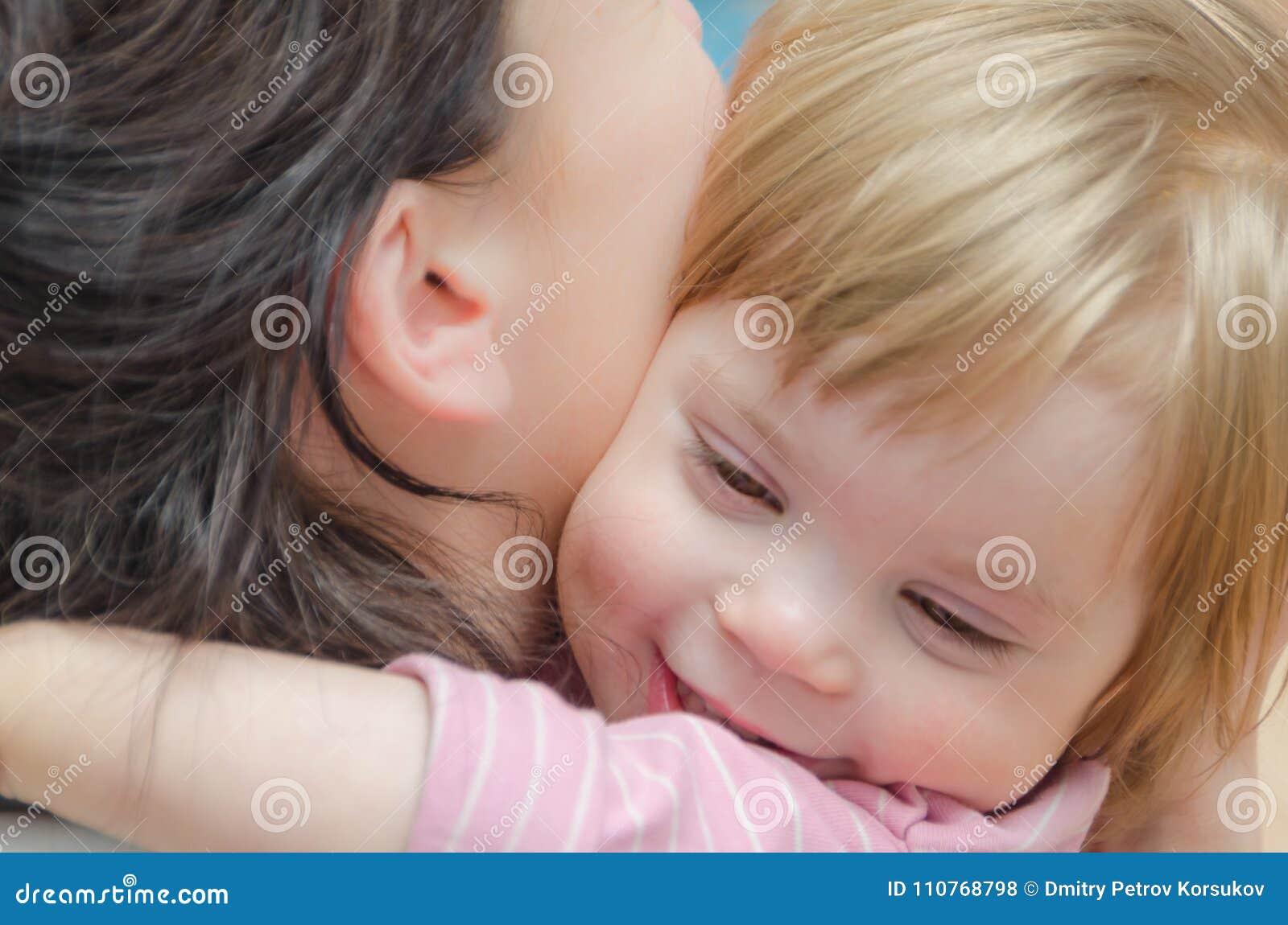 Plan rapproché, bébé étreignant avec la maman