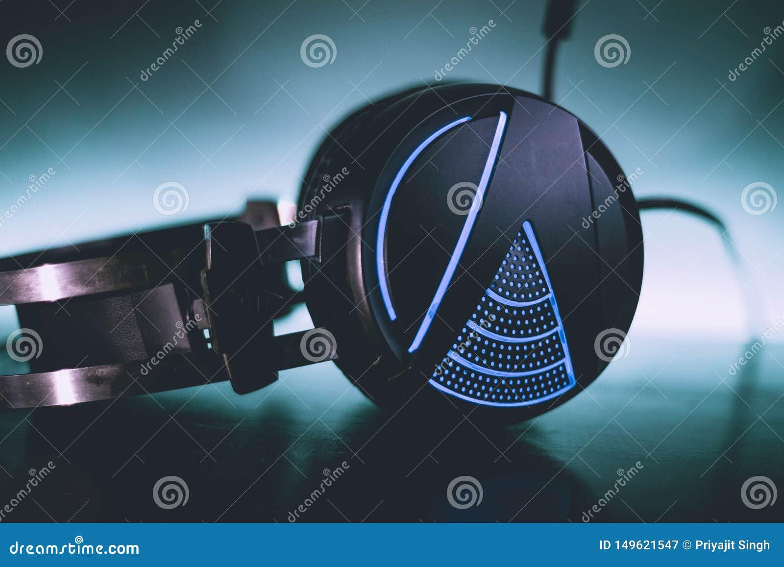 Plan rapproché bleu au néon de fond de casque