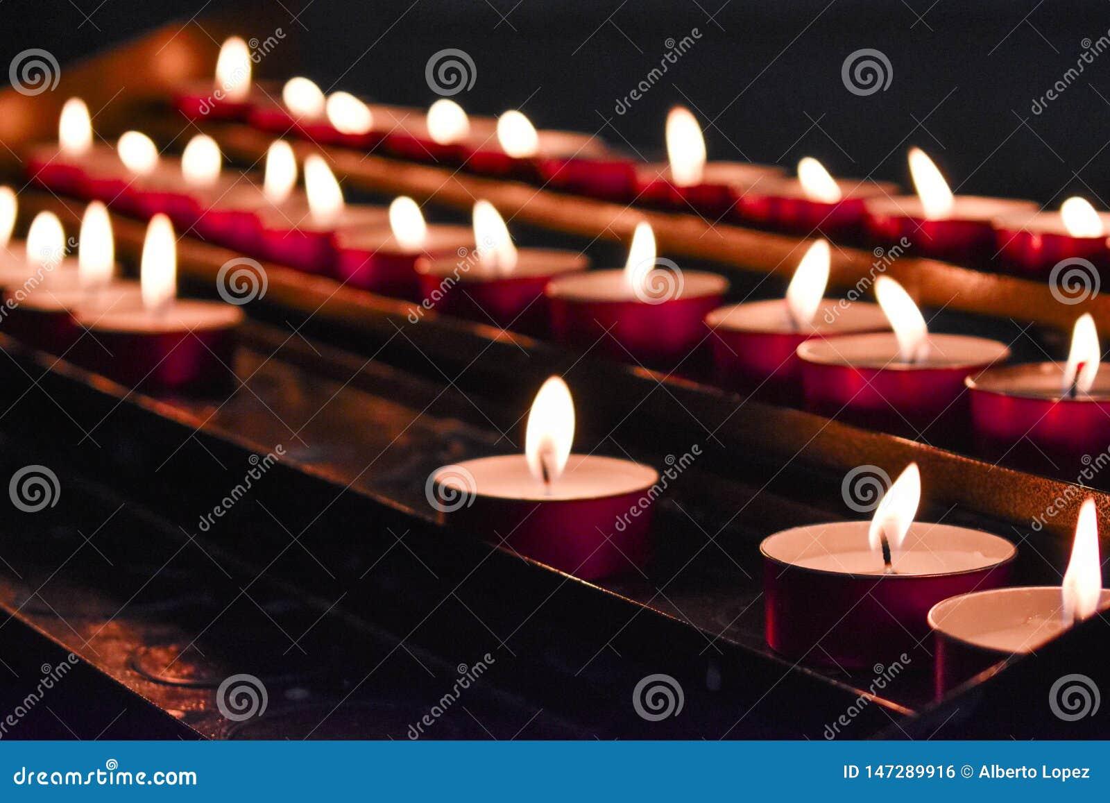 Plan rapproché brûlant de bougies sur un beau fond brouillé