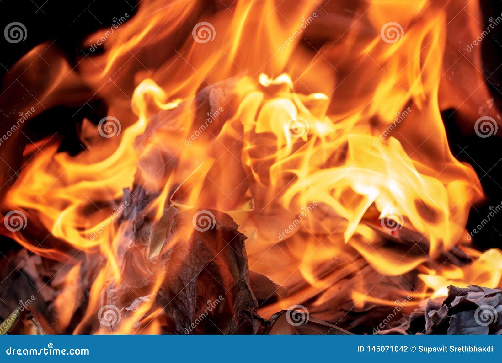 Plan rapproché brûlant le papier de Joss ou le billet de banque d enfer pour des ancêtres