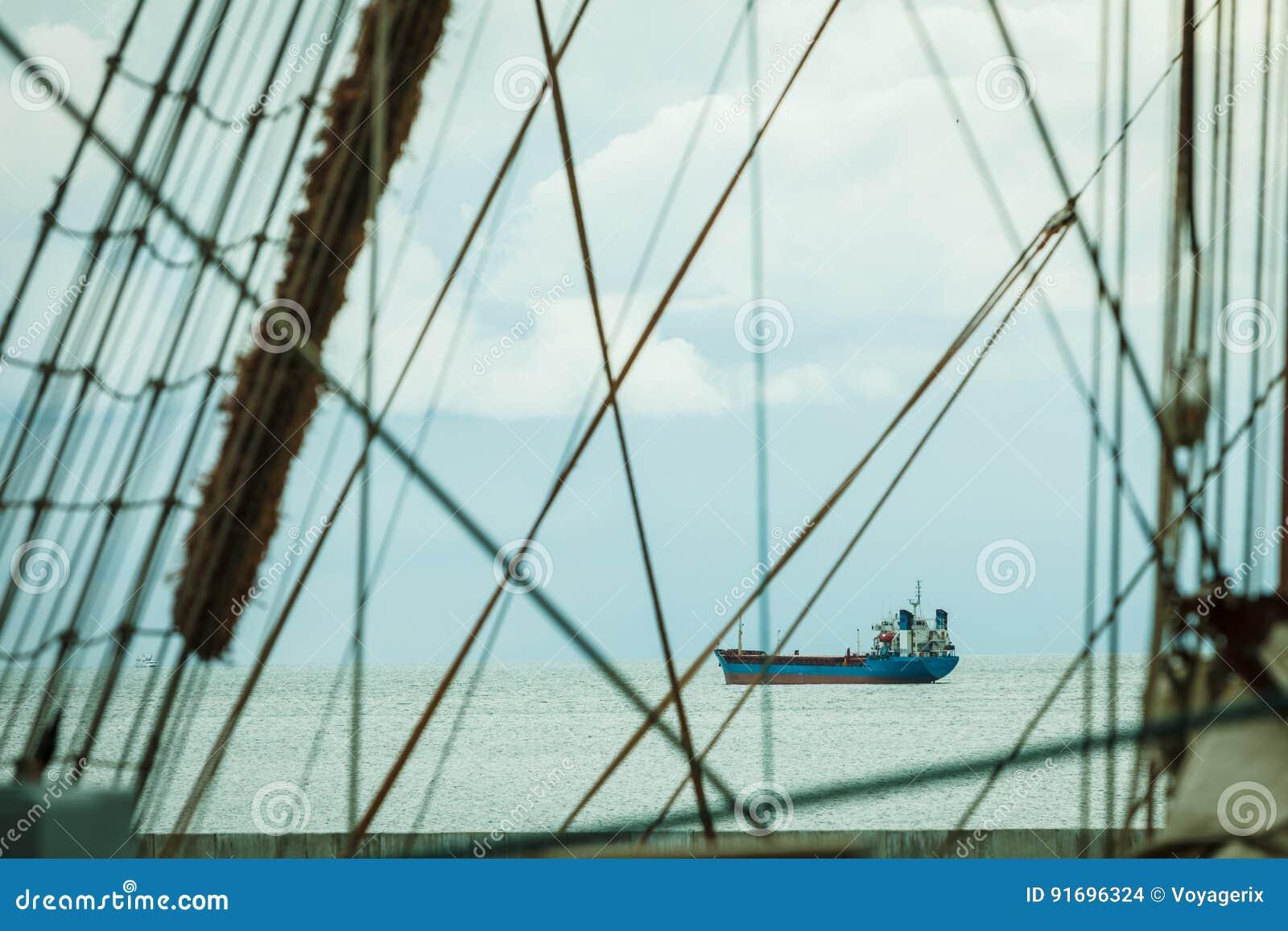 Plan rapproché détaillé du calage de mât sur le bateau à voile