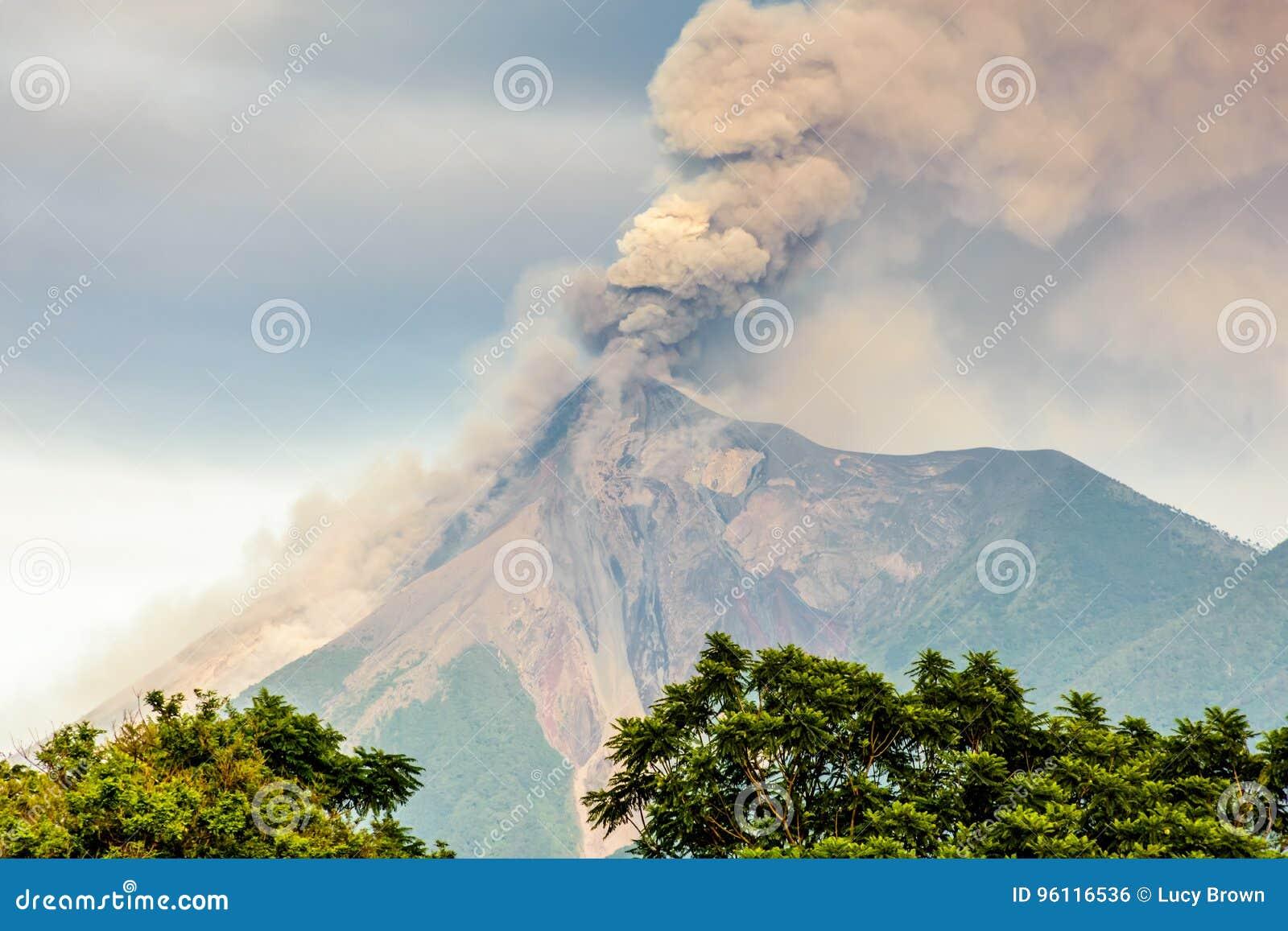 Plan rapproché d éclater le volcan de Fuego, Guatemala