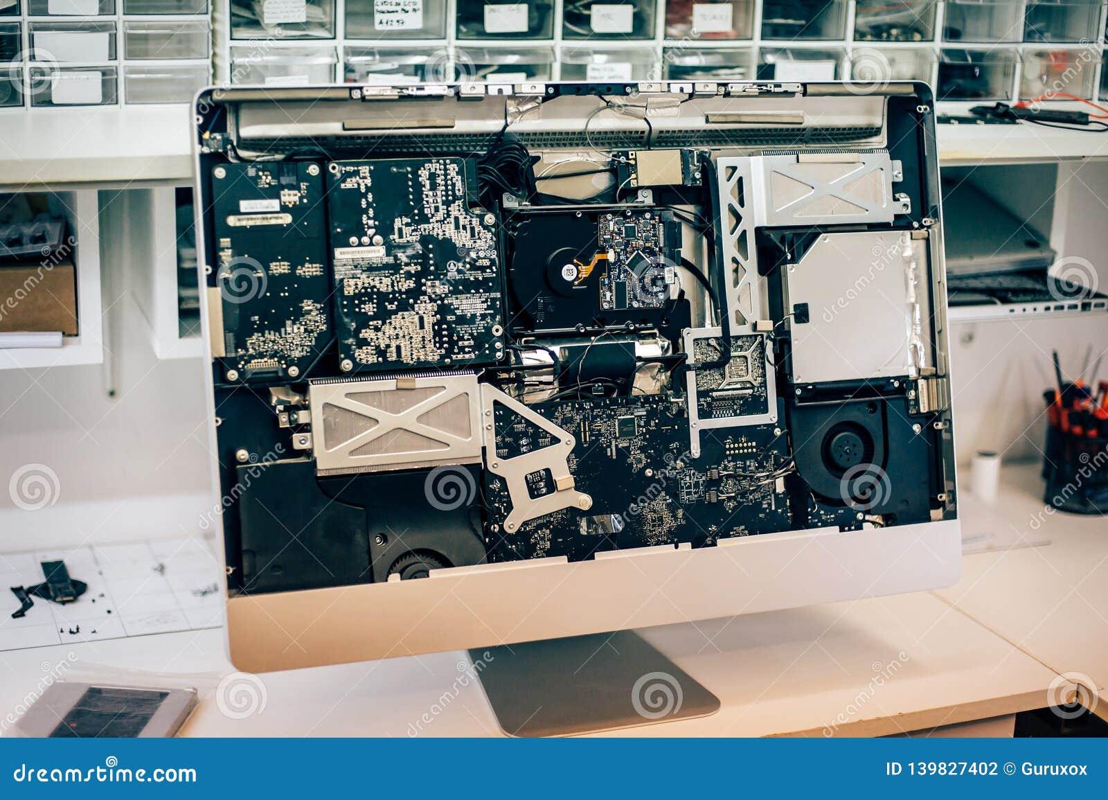 Plan rapproché d électrique défectueux dans le moniteur d ordinateur dans le service électrique