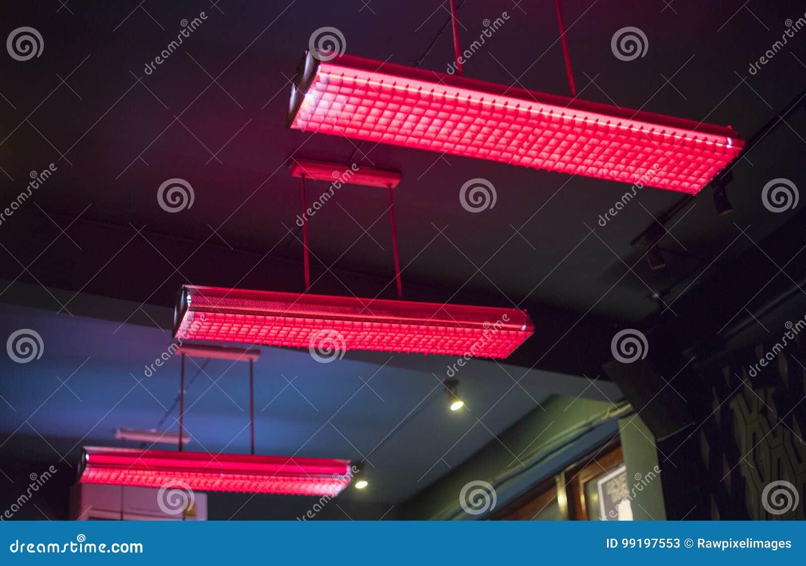 Plan Rapproché Daccrocher La Lampe Fluorescente Rouge De Plafond