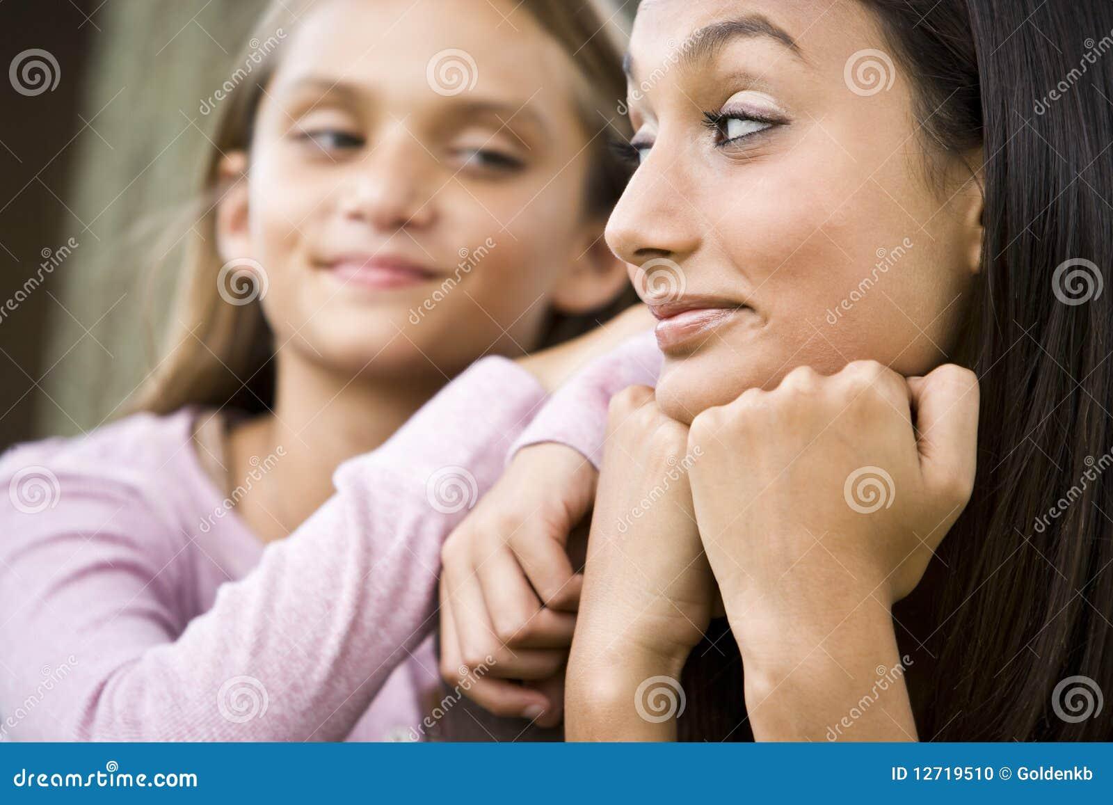 Plan rapproché d adolescente et de plus jeune soeur