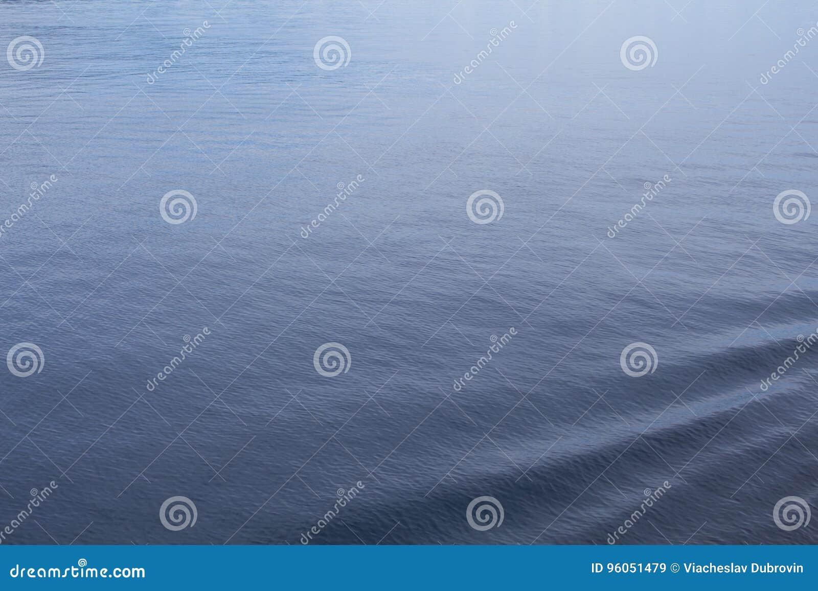 Plan rapproché d eau de mer avec la profondeur extérieure et bleue ondulée Traînée océanique de revêtement de croisière dans l ea