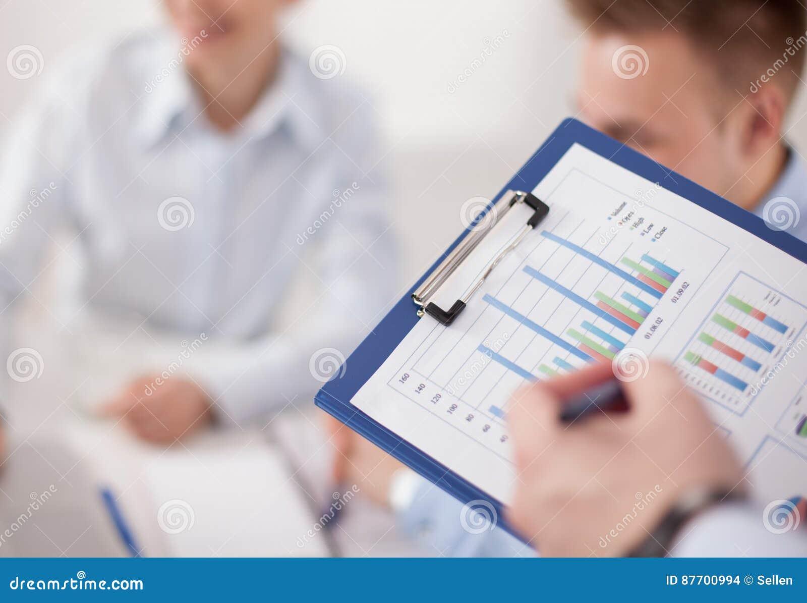 Plan rapproché d homme d affaires expliquant un plan financier aux collègues lors de la réunion