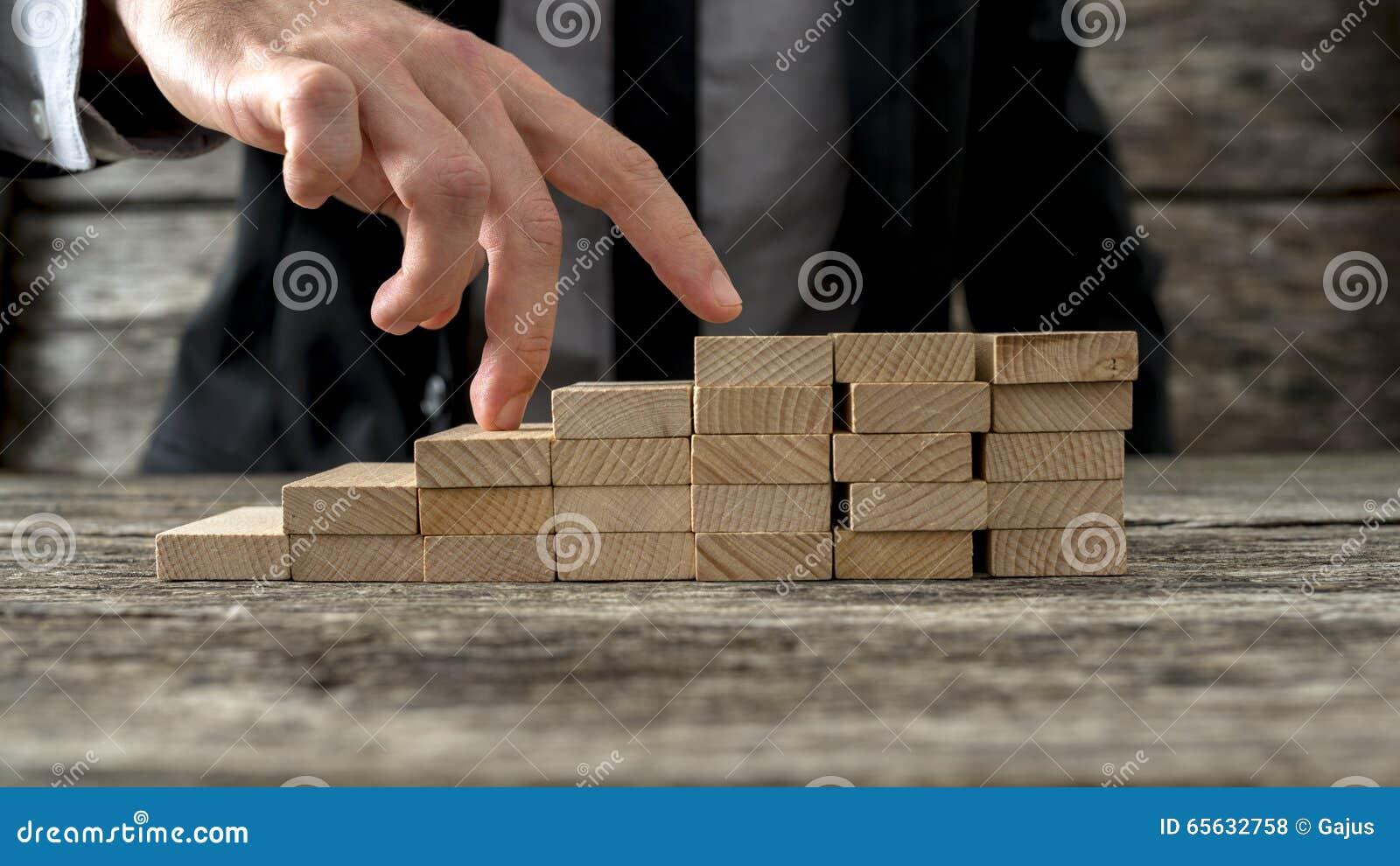 Plan rapproché d homme d affaires marchant ses doigts vers le haut des étapes en bois