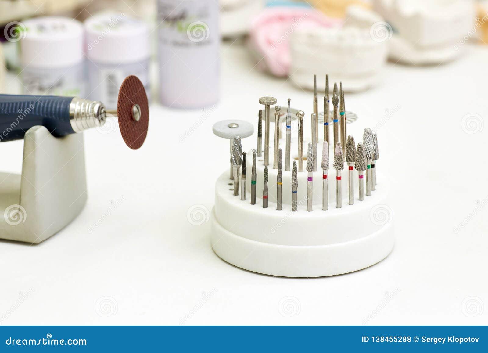 Plan rapproché d instrument dentaire