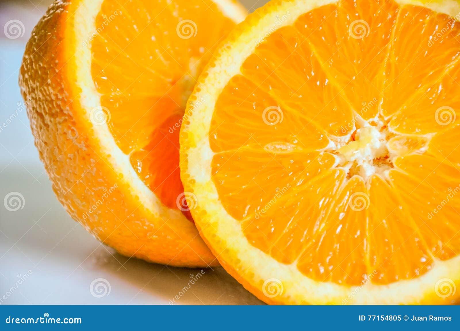 Plan rapproché d orange découpé en tranches dans la moitié