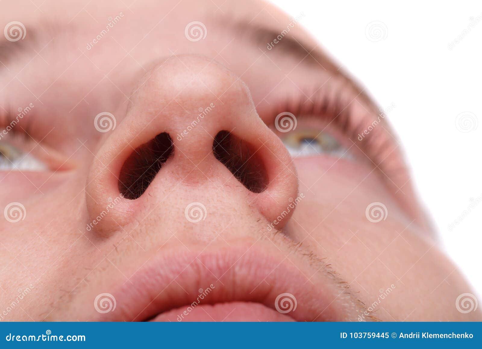 Plan rapproché d un homme montrant ses narines D isolement au-dessus du fond blanc