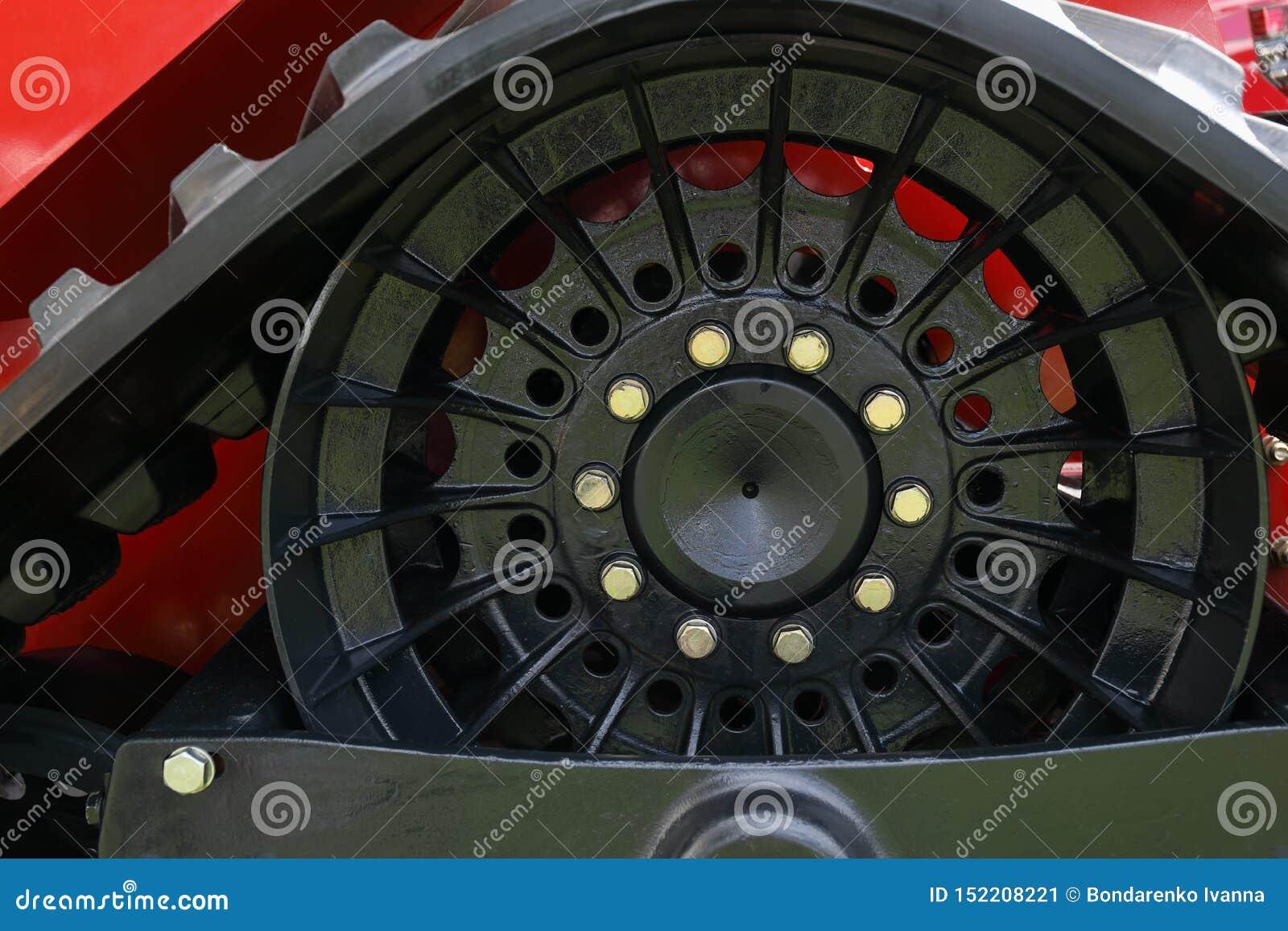 Plan rapproché d un pneu de machines agricoles avec sur une roue orange
