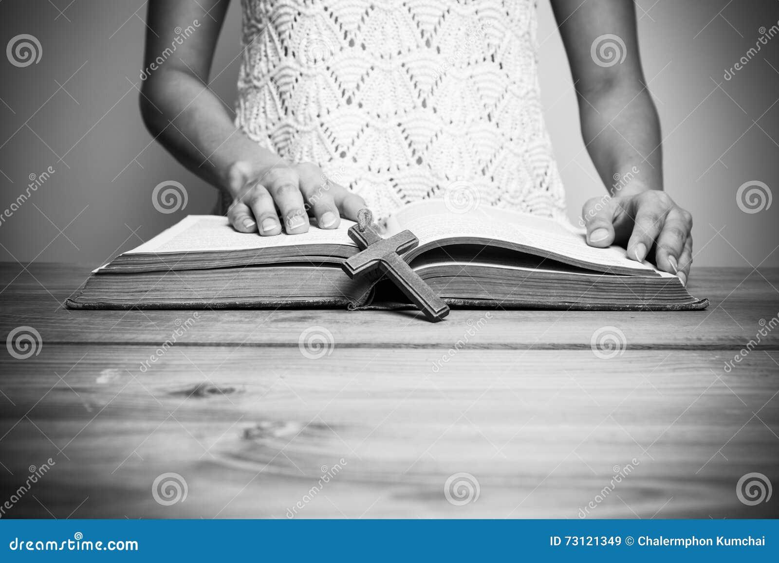 Plan rapproché d une femme chrétienne lisant la bible